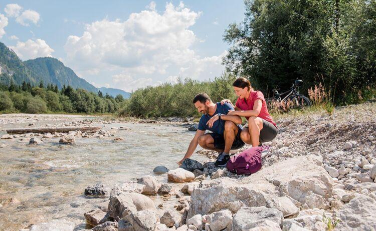 3 Toelzer Land Tourismus C Leonie Lorenz Paar An Der Isar 2018 8296
