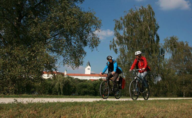 Radln auf dem Isardamm in Freising © TI Freising Herbert Bungartz