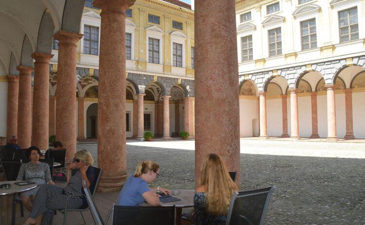 7 Landshut Bild 4 C Verkehrsverein Landshut E V Kaffeepause Im Innehof Der Landshuter Stadtresidenz